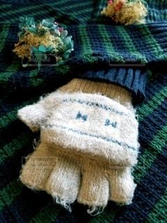 お気に入りのセーターと手袋の写真・画像素材[2706239]