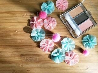 花,木,ピンク,カラフル,水色,光,可愛い,パステル,美容,木目,コスメ,化粧品,ボンボン,アイシャドウ,右寄せ