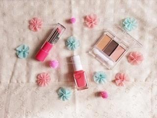 花,ピンク,口紅,水色,布,可愛い,メイク,パステル,美容,俯瞰,リップ,コスメ,化粧品,マニキュア,ボンボン,アイシャドウ,メイク道具