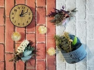 時計を入れてドライフラワーを配置の写真・画像素材[2816342]
