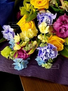テーブルの上の花束の写真・画像素材[3087407]