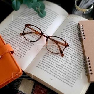 読書にメガネの写真・画像素材[3763096]