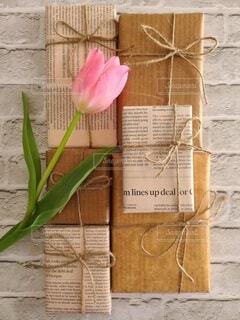 チューリップとプレゼントの写真・画像素材[4321532]