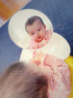 鏡を見て遊ぶ赤ちゃんの写真・画像素材[2646559]