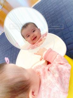鏡越しで笑い合う赤ちゃんの写真・画像素材[2646572]