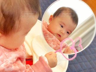 ハートのモールで遊ぶ赤ちゃんの写真・画像素材[2646577]