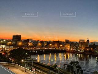 夕暮れの空とネオンの写真・画像素材[2747515]