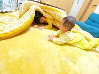 コタツに集まる子供の写真・画像素材[2777423]