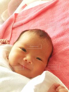 生後3日の赤ちゃんの笑顔の写真・画像素材[2911776]