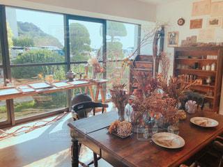 家具と大きな窓で満たされたリビングルームの写真・画像素材[2491181]