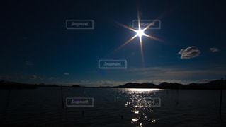 水域に沈む夕日の写真・画像素材[2870431]