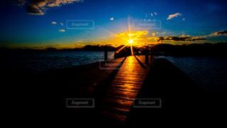 水域に沈む夕日の写真・画像素材[2870432]