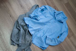 ファッション,青,床,人物,人,グレー,ブルー,シャツ,コーディネート,コーデ,フローリング,ライフスタイル,バッグ,カーディガン,ファブリック,ポケット