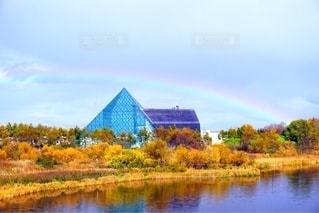 モエレ沼公園のガラスのピラミッドにかかる虹の写真・画像素材[2513054]