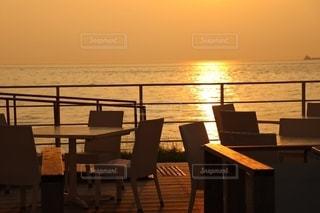 夕陽が照らす海辺のカフェの写真・画像素材[2642117]