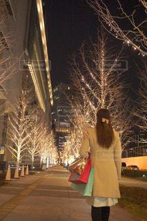 女性,恋人,1人,冬,夜,屋外,イルミネーション,買い物,明るい,ショッピング,アンバサダー,グランフロント大阪,シャンパンゴールド,ショップバッグ