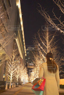 女性,恋人,1人,冬,夜,屋外,樹木,イルミネーション,人,買い物,明るい,ショッピング,紙袋,アンバサダー,グランフロント大阪,シャンパンゴールド,ショップバッグ