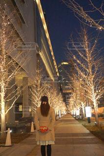 女性,恋人,1人,冬,夜,屋外,樹木,イルミネーション,ハート,ロマンチック,バレンタイン,明るい,待ち合わせ,告白,アンバサダー,グランフロント大阪,シャンパンゴールド