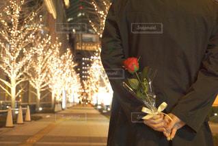 男性,恋人,1人,花,バラ,イルミネーション,人,ロマンチック,明るい,プロポーズ,告白,アンバサダー,グランフロント大阪,シャンパンゴールド