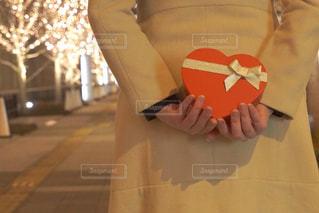 女性,恋人,1人,プレゼント,イルミネーション,ハート,ロマンチック,バレンタイン,待ち合わせ,告白,アンバサダー,グランフロント大阪,シャンパンゴールド