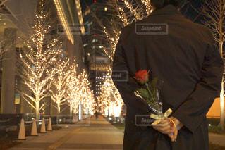男性,恋人,1人,花,バラ,プレゼント,イルミネーション,人,ロマンチック,明るい,待ち合わせ,プロポーズ,告白,アンバサダー,グランフロント大阪,シャンパンゴールド