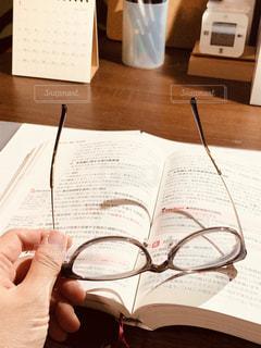 テーブルの上の本の写真・画像素材[2767560]