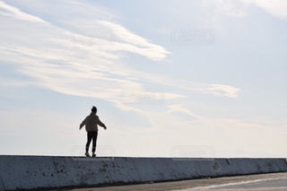 空を飛ぶ男の写真・画像素材[2515467]