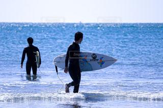 ロングビーチでサーフィン。の写真・画像素材[2566877]