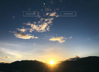 日没時の空に雲の群しの写真・画像素材[2492500]