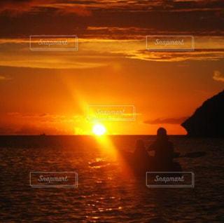 眩しいほどの 真っ赤な夕陽の写真・画像素材[2624565]