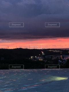 輝くほどの真っ赤な夕陽の写真・画像素材[2624687]