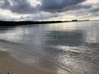輝く日暮れの海の写真・画像素材[2624756]