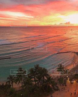 ハワイの輝く真っ赤な夕陽と青い海に感動と 感謝しますの写真・画像素材[2624799]