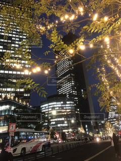 夜の都会の輝く光の写真・画像素材[2625577]