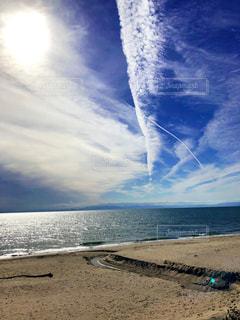 キラキラと輝く海と 立ち上がる雲の写真・画像素材[2634646]