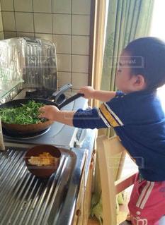 僕だって料理できるんだも〜ん 笑の写真・画像素材[2712528]