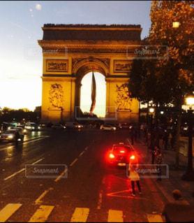 秋の街並み 綺麗なパリ   夜の凱旋門の写真・画像素材[2721767]