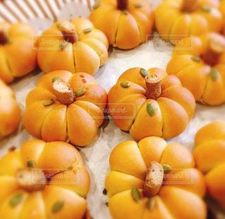 テーブルの上のオレンジのグループの写真・画像素材[2772554]