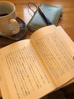 テーブルの上でコーヒーを一杯飲むの写真・画像素材[2510203]