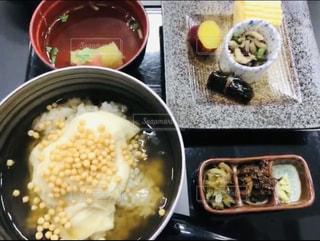 テーブルの上の食べ物のボウルの写真・画像素材[2498941]