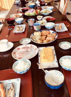 食べ物でいっぱいのテーブルの写真・画像素材[2504274]