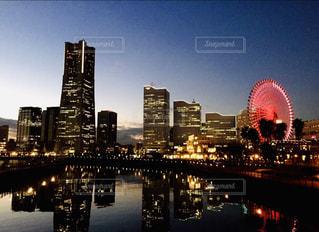 都市を背景にした水域に架かる橋の写真・画像素材[2718269]