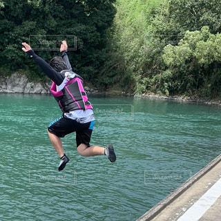 四万十川に飛び込むボーイの写真の写真・画像素材[2571211]