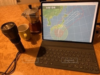 コーヒー,パソコン,iPad,ビジネス,台風,懐中電灯,マキネッタ,リモートワーク,ビジネスシーン,テレワーク,モカエキスプレス