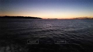 水域に沈む夕日の写真・画像素材[2716530]