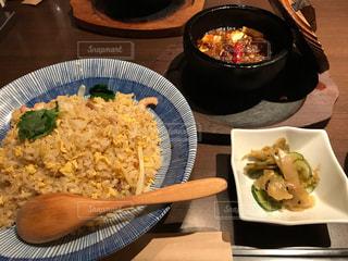 テーブルの上に食べ物のプレートの写真・画像素材[749411]