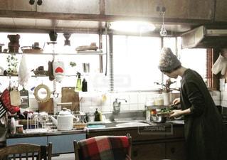 台所に立っている人の写真・画像素材[2829071]