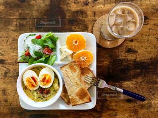 食べ物の皿とテーブルの上のスプーンの写真・画像素材[2503265]