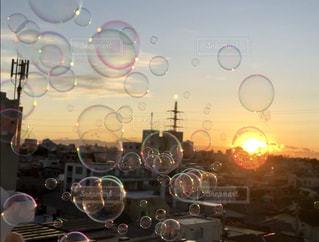 夕日の中のシャボン玉の写真・画像素材[2503341]