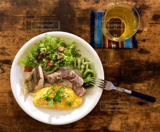 テーブルの上の皿の上の食べ物のボウルの写真・画像素材[2503898]